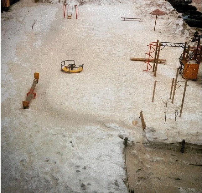 Nga: Hoang loan vi tuyet mau xanh hinh anh 4 Đây không phải là lần đầy tiên tuyết ở Nga có màu sắc kỳ lạ, Vào ngày 2/2 vừa qua, tuyết có màu cam đã rơi tại thành phố Saratov. Nguyên nhân sau đó được khẳng định là do bão cát từ sa mạc Sahara.
