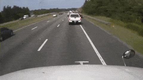 Không kịp phanh, xe đầu kéo đâm nát nhiều xe khác