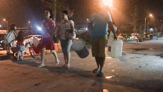 Mang xoong nồi xếp hàng lấy nước giữa đêm như thời bao cấp ở Hà Nội