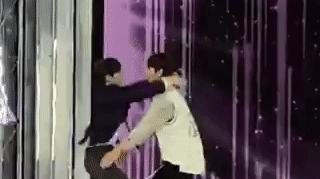 Thí sinh nam gây sốc vì nhảy chồm lên nhau và hôn môi chạm môi trên sân khấu