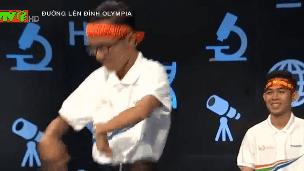 Nam sinh mua quat nao loan truong quay 'Duong len dinh Olympia' hinh anh