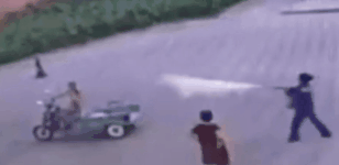 Hút thuốc ở trạm xăng, tài xế Trung Quốc bị xịt bình cứu hỏa vào người