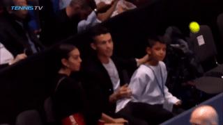 Ronaldo 'bắt bóng' trong trận đấu Djokovic gặp Isner tại ATP Finals
