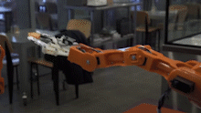 Robot gap thuc an khi thay ban mim cuoi hinh anh