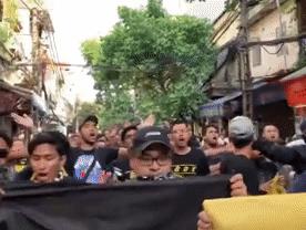 CĐV Malaysia hò hét trên phố cổ Hà Nội trước trận gặp ĐT Việt Nam