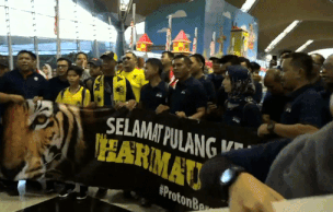 Tuyển Malaysia được chào đón nồng nhiệt khi về nước