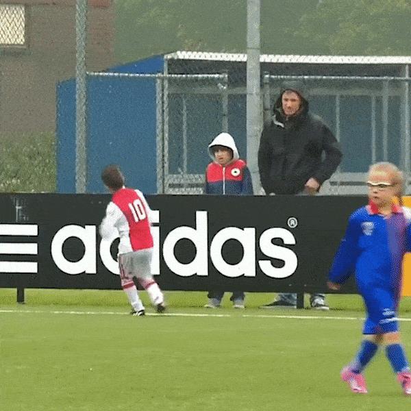 Cau thu nhi Ajax 'nghien' an mung theo phong cach Ronaldo hinh anh
