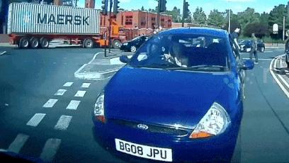Không giữ khoảng cách an toàn, ôtô tông vào phía sau xe khác