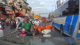 2 thanh niên đi ngược chiều, nạt nộ tài xế ôtô