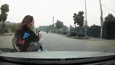 Nữ sinh bị tông văng lên ca pô ôtô khiến tài xế 'đứng tim'