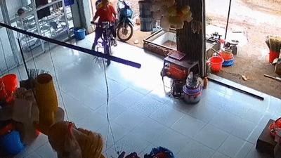 Thanh niên đi xe máy kẹp 3 lao vào nhà dân để trốn CSGT