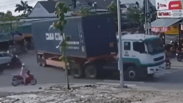 Thùng container đột ngột rơi xuống, suýt gây tai nạn