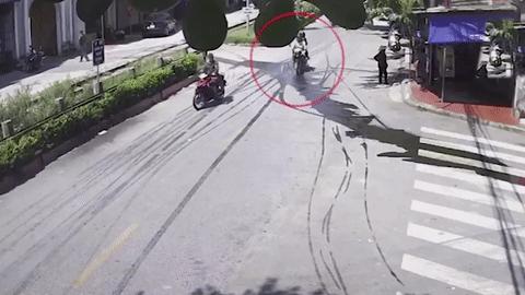 Dầu từ ôtô khách chảy lênh láng ra đường khiến nhiều người trượt ngã