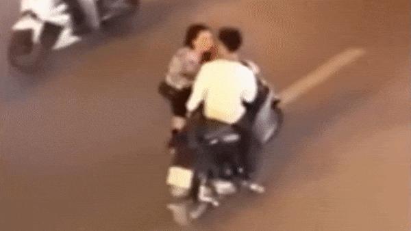 Đôi nam nữ gây náo loạn vì cãi nhau giữa đường đông xe qua lại