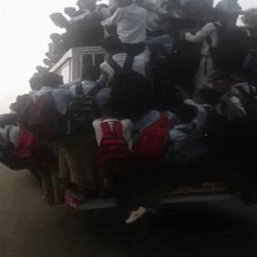 Hàng chục học sinh Ấn Độ leo lên nóc xe buýt đang di chuyển