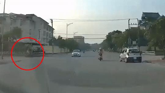 Lao qua ngã tư, xe máy đâm vào ôtô do chiến sĩ cảnh sát cầm lái