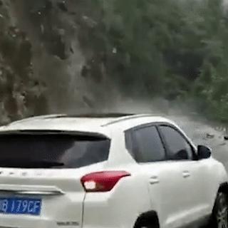 Cảnh sát lớn tiếng cảnh báo tài xế lùi kịp lúc giúp ôtô thoát nạn