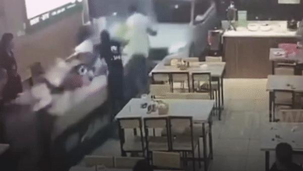 Tài xế say rượu, lái ôtô đâm thẳng vào nhà hàng