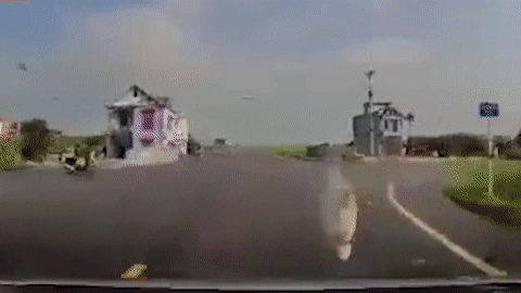 Băng qua ngã tư, người phụ nữ chạy SH bị ôtô húc văng