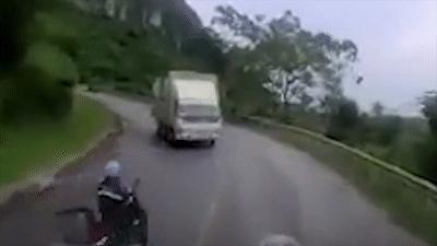 Vượt xe container, xe máy lao thẳng vào gầm xe tải