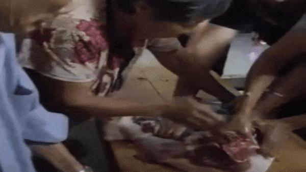 3 phụ nữ Trung Quốc giành nhau miếng thịt cuối cùng